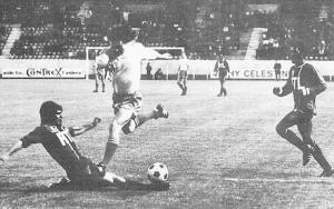 Novi tacle le futur Parisien Piasecki lors de la saison 1974-1975