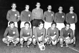 le onze du PSG pour la première victoire. De gauche à droite, debout : Djorkaeff, Guicci, Choquier, Fitte-Duval, Destrumelle, Mitoraj. Assis : Bras, Lukic, Prost, Guignedoux, Béreau