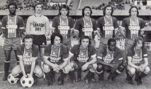 Le PSG en toute pour la D1. Debout : Laposte, Planchard, Quéré, Cardiet, Renaut, Leonetti. Assis : Spiegler, Deloffre, Marella, M'Pelé, Dogliani