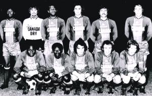 L'équipe du PSG face à Mantes. Debout : Laposte, Planchard, Bade, Renaut, Cardiet, Leonetti. Assis : M'Pelé, André, Deloffre, Spiegler Dogliani