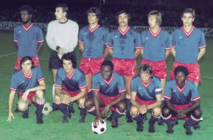 l'équipe du PSG face à Sochaux. Debout : Laposte, Pantelic, Novi, Cardiet, Bauda, Renaut. Assis : Floch, Deloffre, M'Pelé, Dogliani, André