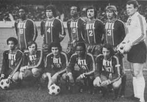 L'équipe du PSG face à l'OM. Débout : Laposte, Novi, Bade, Cardiet, Bauda, Pantelic. Assis : Nosibor, Floch, Poli, M'Pelé, Dogliani