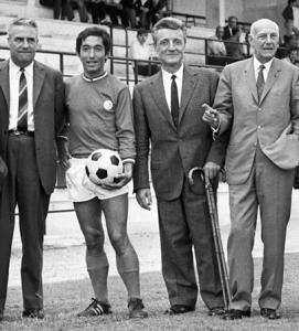 Henri Patrelle, Jean Djorkaeff et Pierre-Etienne Guyot entourent Guy Crescent et sa canne, avant le début de la saison en 1970.