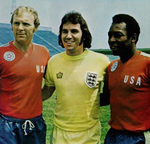 Gerry Francis, star du foot anglais avec Bobby Moore (à gauche) et Pelé