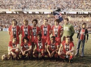 Le onze du PSG face à Lens. Debout : Cardiet, Bauda, Lokoli, Renaut, Novi, Pantelic. Assis : Floch, Poli, Lappste, M'Pelé, Marella