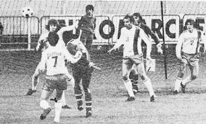 Tentative de François M'Pelé (de dos) face à Lyon