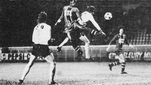Duel aérien entre M'Pelé et Osman