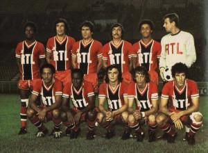 L'équipe du PSG face à Lens. Debout : Laposte, Novi, Travetto, Pilorget, Humberto, Pantelic. Assis : Tokoto, Nosibor, M'Pelé, Justier, Piasecki