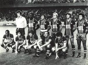le PSG face à Bordeaux. Debout : Bensoussan, Adams, Redon, Justier, Pilorget, Lokoli. Assis : M'Pelé, Moraly, Larqué, Bianchi, Dahleb