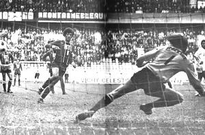 Ouverture du score sur penalty signé Dahleb