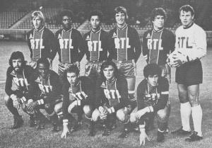 Le PSG face aux Girondins. Debout : Bauda, Laposte, Lokoli, Pilorget, Novi, Pantelic. Assis : Humberto, M'Pelé, Redon, Piasecki, Dahleb