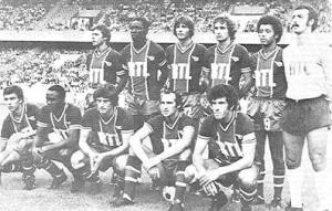 Premier match de la saison au Parc pour le PSG. Debout : Redon, Adams, Pilorget, Renaut, Lokoli, Bernard Brisson, M'Pelé, Larqué, Bianchi, Dahleb