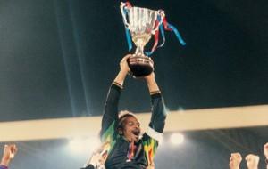 Le trophée européen pour Lama et le PSG en 1996