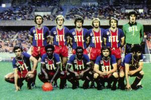 Le PSG face à Nancy Debout : Pilorget, Justier, Novi, Bauda, Bensoussan. Assis : Brisson, Laposte, M'Pelé, Piasecki, Dahleb