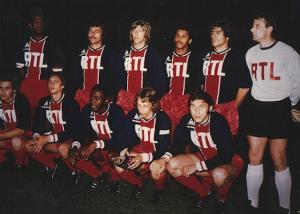 Le PSG face à Valence. Debout : Bade, Cardiet, Bauda, Lokoli, Novi, Pantelic. Assis : Renaut, Cruyff, M'Pelé, Dogliani, Dzajic