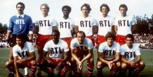 le PSG face à Laval. Debout : Bernard, Justier, Laposte, Renaut, Pilorget, Radovic. Assis : Redon, M'Pelé, Bianchi, Larqué, F.Brisson