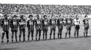 l'équipe du PSG à Tours : Adams, Fernandez, Morin, Lokoli, M'Pelé, Nosibor, Renaut, Douis, C.Bianchi, Baratelli, Larqué