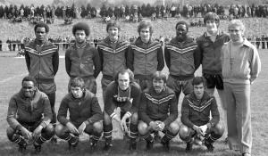 le PSG face à Lyon. Debout : Bajoc, Lokoli, Pilorget, Renaut, Adams et le Président Borelli. Assis : M'Pelé, Redon, Bianchi, Porquet, F.Brisson