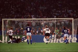 le penalty de Brehme qui donne la victoire aux Allemands. Calderon, de dos avec le numéro 6, va perdre en finale