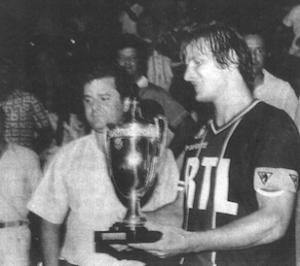 Bathenay avec le trophée, en compagnie de Charles Talard