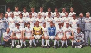 l'incroyable photo d'équipe de Cologne en 1986 : tous en Puma... sauf Schumacher, fidèle aux trois bandes d'Adidas