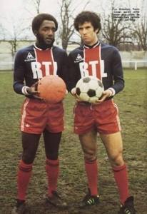 Paulo Cezar sous le maillot du PSG, à côté de Mustapha Dahleb
