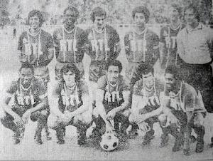 Le PSG à Alger. Debout : Moraly, Bajoc, Renaut, Lokoli, Pilorget, Truffaut. Assis : M'Pelé, Piasecki, Tokoto, Dahleb, Laposte