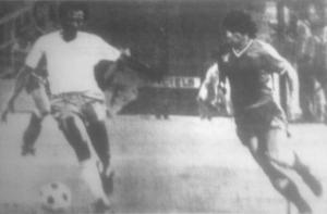 un des rares clichés de cette rencontre : Paulo Cezar en maillot blanc, face à Novi tout en Bleu