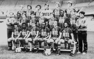 L'effectif du PSG 1978-1979. Au 3eme rang : Douis, Heredia, Lokoli, Baratelli, Renaut, Morin. Au milieu : Ferrand (directeur sportif), Bajoc, A.Bianchi, Moraly, Bathenay, Larqué, Adams, Pilorget, Alonzo (entraineur). Assis : Col, Laposte, F.Brisson, M'Pelé, C.Bianchi, Nosibor