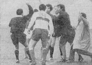 Malgré l'intervention de Pierre Phelipon (à droite), l'arbitre Mr Bacou expulse Daniel Guicci. Une première dans l'histoire du PSG…