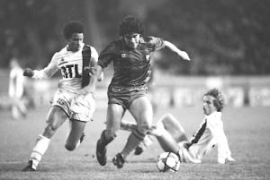 Maradona s'infiltre entre Tanasi et Guillochon