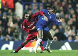 Yepes en duel avec Drogba lors des premières confrontations entre les deux équipes