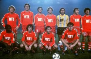 le onze de départ du PSG. Debout : Kist, Zaremba, Pilorget, Guillochon, Baratelli, Bathenay, Dahleb. Assis : Toko, Col, Lemoult, Fernandez.