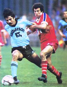 Mustapha Dahleb en duel avec le Tourangeau Guy Lacombe lors de la demi-finale de Coupe de France en 1982