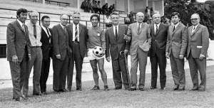 Henri Patrelle (5eme en partant de la gauche, à côté de Jean Djorkaeff) et Pierre-Etienne Guyot (8eme en partant de la gauche), les deux signataires du protocole d'accord