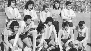 L'Argentine et Ardiles (assis, à l'extrême droite) en 1975