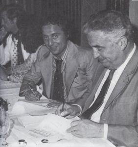 Le moment ou le PSG redevient professionnel : Daniel Hechter et Henri Patrelle signent le protocole d'accord confirmant l'arrivée du jeune couturier parisien