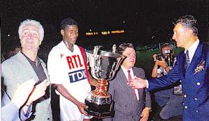 le capitaine Oumar Sène avec le trophée