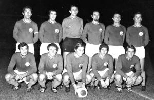le PSG 1970-1971, avec un seul changement par rapport à l'équipe victorieuse face au Red Star. Debout : Djorkaeff, Guicci, Choquier, Fitte Duval, Destrumelle, Mitoraj. Assis : Bras, Lukic, Prost, Guignedoux, Rémond.