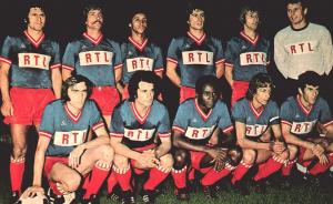 l'équipe du PSG face à Metz, le 13 août 1974. Debout : Poli, Cardiet, Lokoli, Novi, Bauda, Pantelic. Assis : Floch, Deloffre, M'Pelé, Dogliani, Dahleb