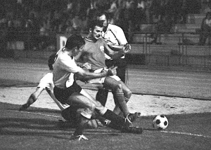 Bras en duel face à Quevilly : un rare cliché de ce premier match historique pour le PSG