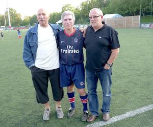 Un des rares clichés d'André Pietrantoni, en 2011, ici avec Bernard Guignedoux (au centre) et Jan-Louis Brost. Le milieu de terrain du Stade Sangermanois, présent contre Quevilly, ne jouera finalement aucun match officiel avec le PSG