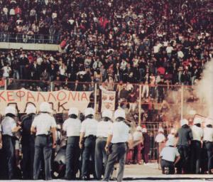 la police intervient face aux supporters grecs lors du PAOK-PSG en 1992