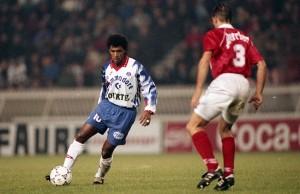 le milieu de terrain brésilien en action contre Nîmes en 1992