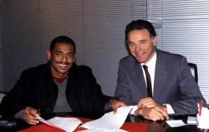 Vampeta et le président Perpere ont le sourire lors de la signature du contrat du Brésilien. Cela ne va pas durer...