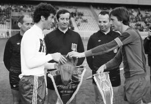 les deux capitaines parisiens, Mustapha Dahleb et Johan Cruyff en 1977