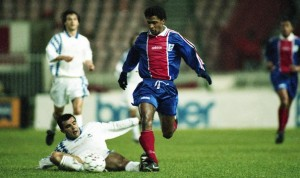 Valdo contre Auxerre en 1995 pour les débuts du PSG dans la compétition