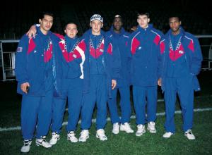"""La jeune garde du PSG : Samir Amireche, Djamel Belmadi, Pierre Ducrocq, Jérôme Leroy et Didier Domi accompagnés par le """"vétéran"""" Oumar Dieng."""