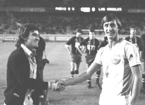 Alves, avec des béquilles, salue la star hollandaise Johan Cruyff