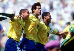 Rai, avec Ronaldo et Romario, célèbrent la victoire du Brésil
